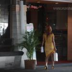 Dalam siklus hidupnya, Mawar menjalani hidup dengan bekerja di sebuah klub malam di Surabaya. Demi mengamankan identitasnya, Mawar terlihat dari belakang dengan pakaian dan tata rambut kesehariannya ketika bertugas. Terlihat Mawar pada suatu sore ketika melangkahkan kaki menuju tempat kerjanya. Foto oleh: Yuyung Abdi