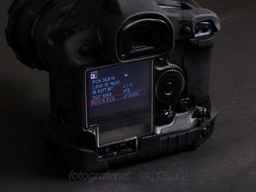 Pelindung LCD berupa sekeping plastik kuat yang dikaitkan pada jendela bidik. Camera Armor dipasang pada Canon EOS 1D Mk III. Foto oleh: Kristupa Saragih
