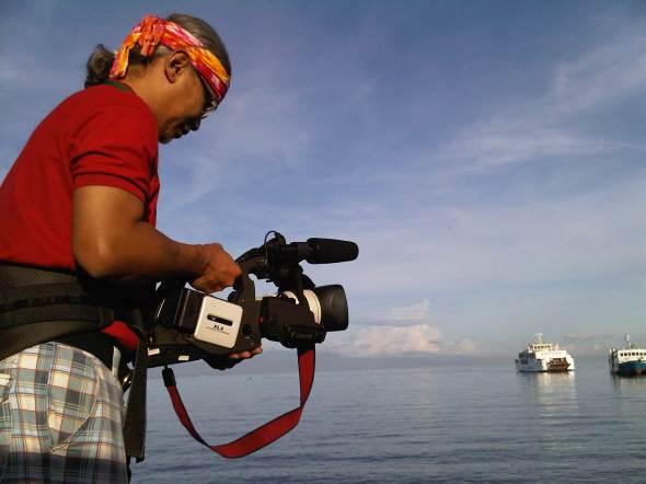 Arsi, peserta CB7 kontingen Indonesia, merekam suasana Pelabuhan Toledo City dengan kamera video. Foto oleh: Kristupa Saragih dengan BlackBerry 9700