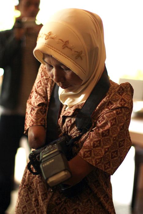Rusidah, perempuan fotografer yang tuna daksa dari Purworejo. Foto oleh Nico Wijaya