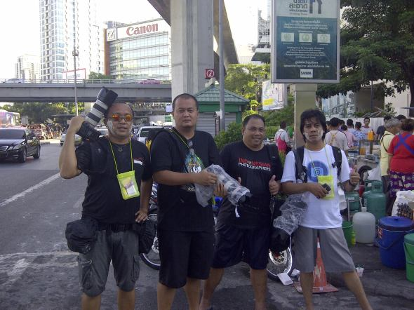 Pasukan Fotografer.net Hunting Series 2012 Bangkok usai memotret Songkran Water Festival di Silom Road, 15 April 2012. Dari kiri: Kristupa Saragih, Yulianus Ladung, Farano Gunawan, Zulkifli Kibor. Foto oleh Armand Megawe