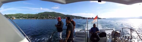 Suasana di buritan KMP Siwalima 01 saat baru saja angkat sauh mengarungi Teluk Ambon, Maluku membawa rombongan FN Hunting Series 2012. Foto oleh Kristupa Saragih